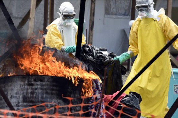 Μέλη των Γιατρών Χωρίς Σύννορα στη Λιβερία καίνε ρούχα θυμάτων του Εμπολα - οι μέθοδοι του Ιπποκράτη στην πράξη.