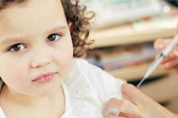 Πολλοί δήμοι και κοινωνικά ιατρεία οργανώνουν δωρεάν εμβολιασμούς για παιδιά - ιδίως ανασφάλιστων και δεινοπαθούνων οικογενειών