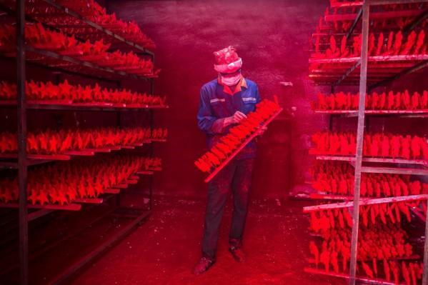 Οι δυο άντρες παράγουν περίπου 5.000 κόκκινες νιφάδες χιονιού ημερησίως και ο μισθός τους ξεπερνά ελάχιστα τα 300 ευρώ το μήνα.