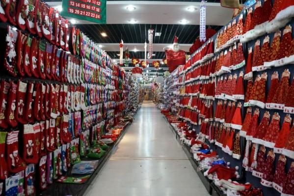 Εκθεση με αγιοβασιλιάτικα καπέλα… Μέσα σε κάποιο από τα showrooms της Yiwu.