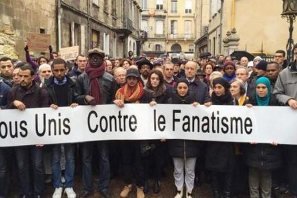 «Όλοι ενωμένοι ενάντια στον φανατισμό» - από διαδήλωση στη Γαλλία μετά τις πρόσφατες δολοφονίες.
