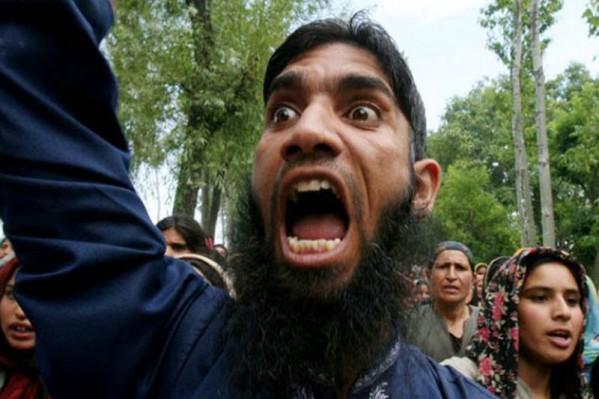 Η φωτογραφία του μουσουλμάνου Σακήλ Αχμάντ Μπάτ από το Κασμίρ έχει κάνει τον γύρο του κόσμου ως η εικόνα του παράλογου, αγράμματου και φανατικού ισλαμιστή διαδηλωτή.