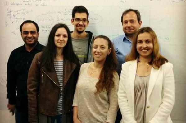 Το μεγαλύτερο μέρος της ομάδας από αριστερά προς τα δεξιά:  Δρ. Ηλίας Ιωσήφ, απόφοιτος Bachelor, Master Phd Πολυτεχνείου Κρήτης, Φίλιππος Κόκκινος, προπτυχιακός φοιτητής Ηλεκτρολόγων Μηχανικών και Μηχανικών Υπολογιστών, Ε.Μ.Π,Αλέξανδρος Ποταμιάνος, Αναπληρωτής καθηγητής ΕΜΠ, (πρώην μέλος ΔΕΠ ΠΚ)Φένια Χριστοπούλου, προπτυχιακή φοιτήτρια Ηλεκτρολόγων Μηχανικών και Μηχανικών Υπολογιστών, Ε.Μ.Π, Ελισάβετ Παλογιαννίδη, Μεταπτυχιακή φοιτήτρια Σχολής Ηλεκτρονικών Μηχανικών και Μηχανικών Υπολογιστών, Πολυτεχνείο Κρήτης (αρχηγός της ομάδας), Αθανασία Κολοβού, ΕΔΙΠ Τμήμα Πληρoφορικής ΕΚΠΑ, απόφοιτη Σχολής Ηλεκτρονικών Μηχανικών και Μηχανικών Υπολογιστών, Πολυτεχνείο Κρήτης.