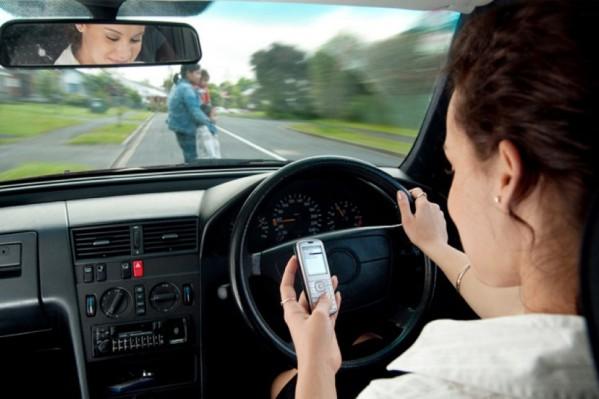 Η χρήση του κινητού στο τιμόνι σε μετατρέπει χωρίς να το θέλεις σε πιθανό δολοφόνο