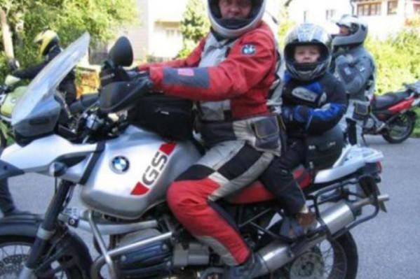 Όλοι οι επιβαίνοντες σε μοτοσικλέτα πρέπει να φορούν κράνος - και προστατευτική στολή για λιγότερους τραυματισμούς