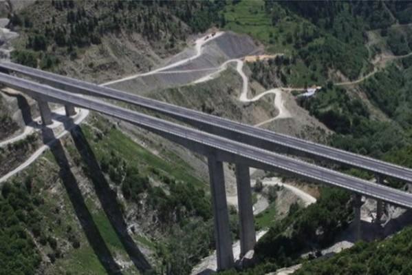 Υπερσύγχρονα έργα παραδίδονται στην ηπειρωτική Ελλάδα την ώρα που στην Κρήτη οι παρεμβάσεις είναι ξεπερασμένες και επικίνδυνες.