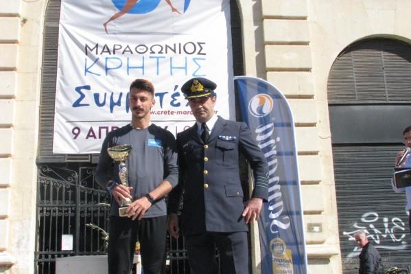 Κύπελλο απονεμήθηκε στον νικητή (φωτ.) και τη νικήτρια των 10χλμ και από την Ελληνική Πολεμική Αεροπορία (αφού ο αγώνα αυτός ήταν αφιερωμένος στη μνήμη του σμηναγού Κ. Ηλιάκ