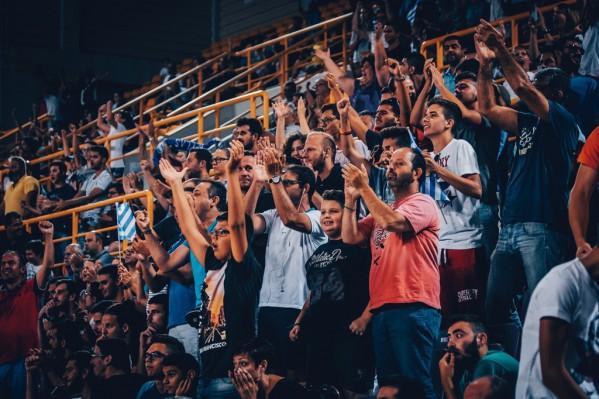 """Οι φίλαθλοι της Ελλάδας πανηγυρίζουν για τη μεγάλη νίκη της ομάδας μετά το τέλος του αγώνα μεταξύ των Εθνικών ομάδων Νέων Ανδρών Ελλάδας και Λιθουανίας για τη φάση των """"8"""" του EuroBasket U20, που διεξάγεται στα """"Δύο Αοράκια"""" του Ηρακλείου, Πέμπτη 20 Ιουλίου 2017. Τελικό αποτέλεσμα ΕΛΛΑΔΑ ΛΙΘΟΥΑΝΙΑ 76-72. ΑΠΕ ΜΠΕ/FIBA Basketball/STR"""