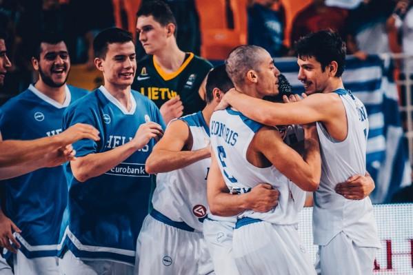 """Οι παίκτες της Ελλάδας πανηγυρίζουν για τη μεγάλη νίκη τους μετά το τέλος του αγώνα μεταξύ των Εθνικών ομάδων Νέων Ανδρών Ελλάδας και Λιθουανίας για τη φάση των """"8"""" του EuroBasket U20, που διεξάγεται στα """"Δύο Αοράκια"""" του Ηρακλείου, Πέμπτη 20 Ιουλίου 2017. Τελικό αποτέλεσμα ΕΛΛΑΔΑ ΛΙΘΟΥΑΝΙΑ 76-72. ΑΠΕ ΜΠΕ/FIBA Basketball/STR"""