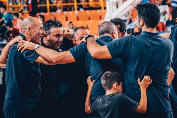 """Τεχνική ηγεσία της Ελλάδας πανηγυρίζει για τη μεγάλη νίκη τους μετά το τέλος του αγώνα μεταξύ των Εθνικών ομάδων Νέων Ανδρών Ελλάδας και Λιθουανίας για τη φάση των """"8"""" του EuroBasket U20, που διεξάγεται στα """"Δύο Αοράκια"""" του Ηρακλείου, Πέμπτη 20 Ιουλίου 2017. Τελικό αποτέλεσμα ΕΛΛΑΔΑ ΛΙΘΟΥΑΝΙΑ 76-72. ΑΠΕ ΜΠΕ/FIBA Basketball/STR"""