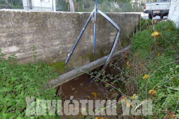 Το χαντάκι που περνάει κάτω από τον δρόμο Χανιά -Αλικιανός είναι σχεδόν κλειστό από μεγάλους όγκους χώματος!