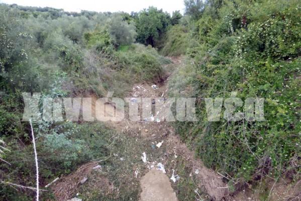 Ρέμα στην περιοχή του Πλατανιά, πριν τον οικισμό. Όλα σχεδόν τα ρέματα στην ενδοχώρα έχουν πλάτος 7-8 μέτρα και βάθος 2-3 μέτρα, ωστόσο, όταν μπαίνουν στους οικισμούς περιορίζεται το πλάτος τους και το βάθος σε... λίγα εκατοστά!