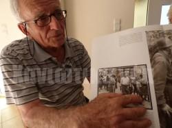 Ο Γιάννης Αποστολάκης, 7 ετών τότε, κρεμάστηκε στο λαιμό του πατέρα του για να μην τον αφήσει να φύγει και να επιστρέψει στο χωριό