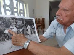 Ο κ. Βασίλης Παπαδάκης μας δείχνει ένα - ένα τους χωριανούς του την ώρα που ετοιμάζονται για εκτέλεση. Ο ίδιος παιδί τότε θυμάται πολλά από τα γεγονότα της ημέρας