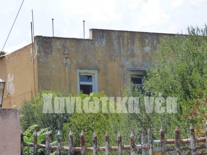 Η βίλα Κουκουνάρα στις Μουρνιές είναι άλλο ένα δημόσιο κτήριο που καταρρέει σιγά-σιγά εγκαταλελειμμένο.