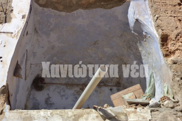 Σοβάδες και πλακάκια που θα απομακρυνθούν από τα συνεργεία της Εφορίας Αρχαιοτήτων