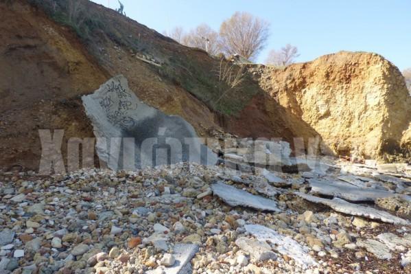 Η μεγάλη τσιμεντένια πλάκα που είχε τοποθετηθεί για να ανακόψει την ορμή των κυμάτων έχει γίνει κυριολεκτικά κομμάτια.