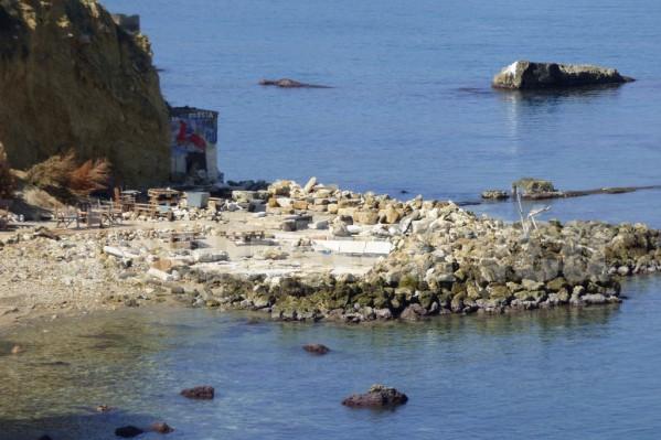 Παρεμβάσεις παρατηρούνται και στην μικρή παραλία που βρίσκεται ανάμεσα στο Κουμ Καπί και τη «Χονολουλού».