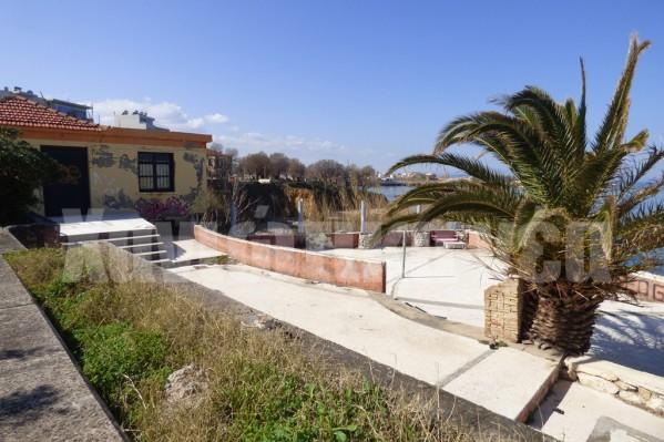Ο Δήμος έχει αφήσει στη φθορά του χρόνου το οίκημα που βρίσκεται πάνω από την παραλία και το οποίο του έχει παραχωρηθεί από το Δημόσιο.