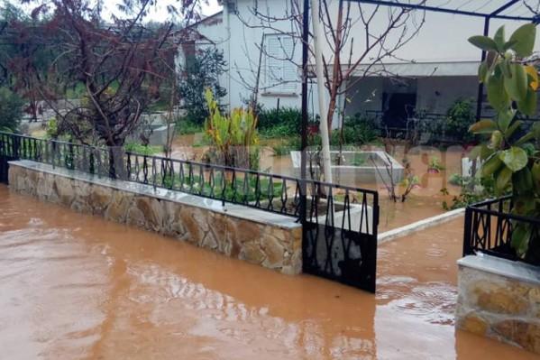 πλημμυρισμένη αυλή σπιτιού στην Κάτω Σούδα