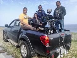 Ο Θοδωρής Θωμαδάκης σε γύρισμα στη Κρήτη με ξένη παραγωγή. «Βλέπω τι δυνατότητες έχει το νησί κι αυτές δείχνω στους ξένους συνεργάτες οι οποίοι ενθουσιάζονται» λέει ο Χανιώτης κινηματογραφιστής.