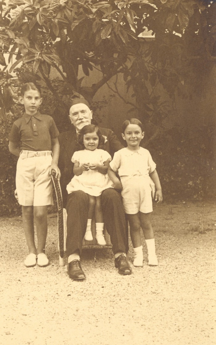 Ο Βενιζέλος με τα εγγόνια του, Λευτέρη, Νικήτα και Χαρίκλεια