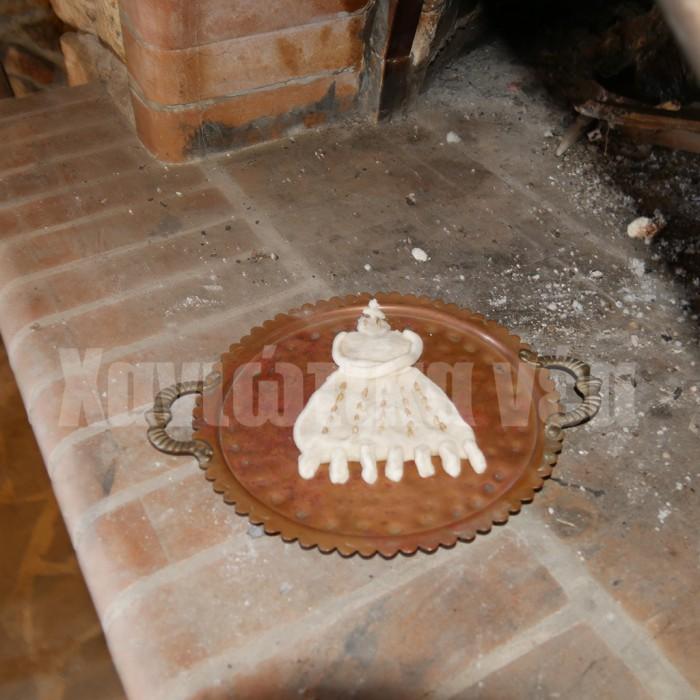 Η κα Παπαδημουλά, αφού μας εξήγησε την ιστορία του εθίμου των χαρταετών, άναψε τον παραδοσιακό ξυλόφουρνο και έψησε ένα κομμάτι πλασμένο ζύμης με μορφή γυναίκας που έχει επτά πόδια, δίνοντας της την ονομασία Κυρά Σαρακοστή.