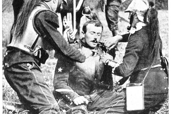 Στρατιώτες προσφέρουν τις πρώτες βοήθειες στο πεδίο της μάχης, 1ος Παγκόσμιος Πόλεμος (1914).