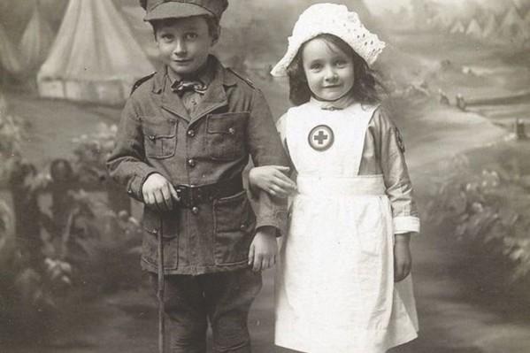 Παιδιά ντυμένα με στολές στρατιώτη και νοσοκόμας, την περίοδο λίγο μετά τον 1ο Παγκόσμιο Πόλεμο…