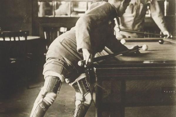 Ανάπηρος του 1ου Παγκοσμίου Πολέμου, με προσθετικά πόδια, παίζει μπιλιάρδο στην Αγγλία της δεκαετίας του 1920…