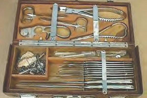 Κασετίνα χειρουργικών εργαλείων, στην Αγγλία του 1890.