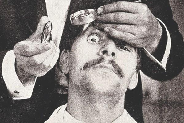 Τη δεκαετία του 1910 ο έλεγχος του εσωτερικού του ματιού γινόταν με μεγεθυντικούς φακούς και φως από τη φλόγα κεριού, απουσία ηλεκτρικής λάμπας…