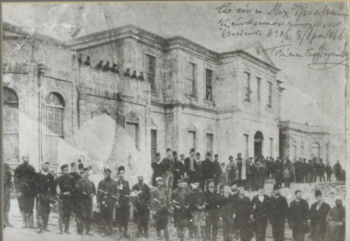 Το Διοικητήριο του Νομού Σφακίων στον Βάμο. Είχε οικοδομηθεί από το Σαββά πασά το 1863 και κάηκε για πρώτη φορά κατά την επανάσταση του 1878. Επισκευάστηκε το 1892 και καταστράφηκε οριστικά κατά την πολιορκία του Βάμου τον Μάιο του 1896.  Ηταν η πολιτική και στρατιωτική έδρα του Νομού Σφακίων, ο οποίος περιλάμβανε τις επαρχίες Αποκορώνου, Αγ. Βασιλείου και Σφακίων.