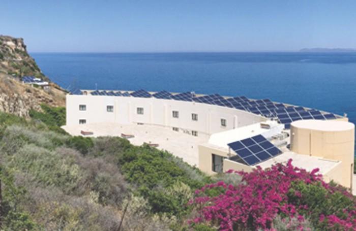 Αποψη φωτοβολταϊκού συστήματος εγκατεστημένου στην Ορθόδοξη Ακαδημία Κρήτης στο Κολυμπάρι. Η ονομαστική ισχύς του συστήματος είναι 50KWp και παράγει περίπου 75.000 κιλοβατώρες ετησίως