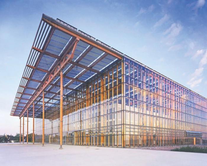 Αποψη του κτηρίου συνεχιζόμενης εκπαίδευσης στο Mont - Cernis της Γερμανίας. Τα φωτοβολτοϊκά στοιχεία στην οροφή παράγουν ηλεκτρική ενέργεια και σκιάζουν το εσωτερικό του κτιρίου (Σχεδιασμός: ΗΗS Planer + Architekten)