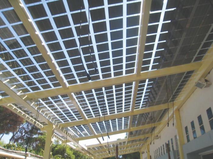 Αποψη πέργολας με ημιδιαφανή φωτοβολταϊκά στοιχεία στις εγκαταστάσεις του ΜΑΙΧ. Τα ημιδιαφανή φωτοβολταϊκά πλαίσια επιτρέπουν μέρος της ηλιακής ακτινοβολίας να διέλθει από αυτά.