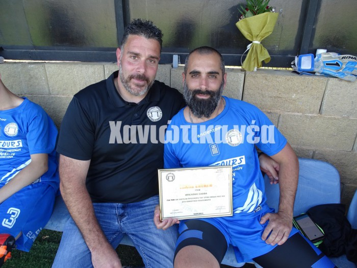 Ο πρόεδρος της Περγάμου Δ. Ακουμιανάκης με τον Σάββα Μπελώνη που τιμήθηκε για την προσφορά του στην ομάδα των Βρυσσών.