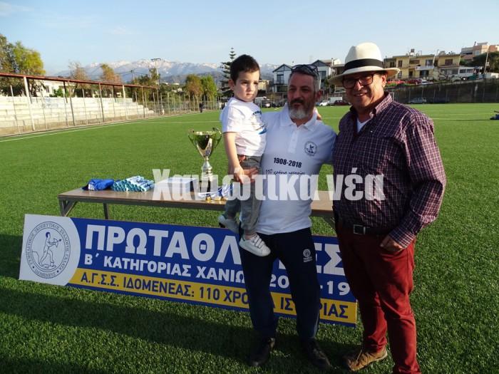 Ο πρόεδρος του πρωταθλητή Γιώργος Κορκίδης με ένα φίλο της ομάδας από τη Νότια Αμερική.