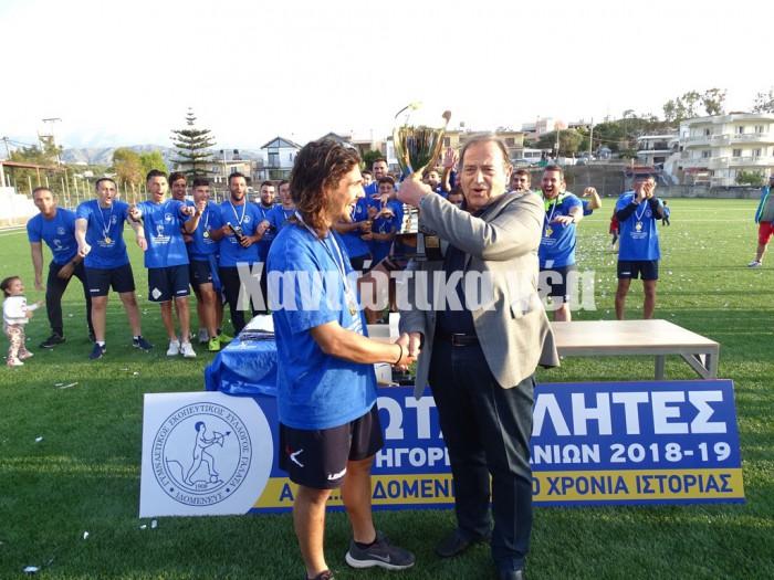 Ο αρχηγός της ομάδας του Γαλατά Σπ. Βαϊγκούσης παίρνει το κύπελλο από τον πρώην  πρόεδρο της ΕΠΣΧ Γ. Βούρβαχη.