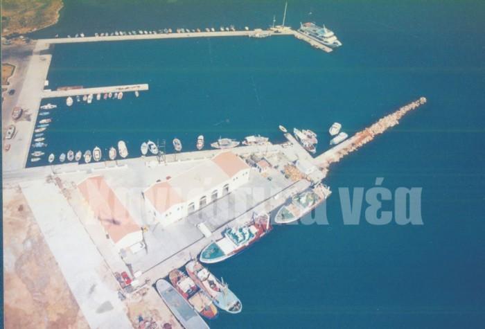 Η ιχθυόσκαλα και το αλιευτικό λιμάνι, και το εμπορικό τμήμα πριν ανακατασκευαστεί για τις ανάγκες της κρουαζιέρας (αρχείο Χ.Ν)