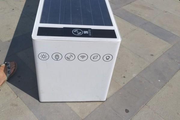 Το έξυπνο παγκάκι χρησιμοποιεί την ηλιακή ενέργεια για να λειτουργεί Wifi hotspot και για την ενσύρματη φόρτιση κινητών τηλεφώνων.