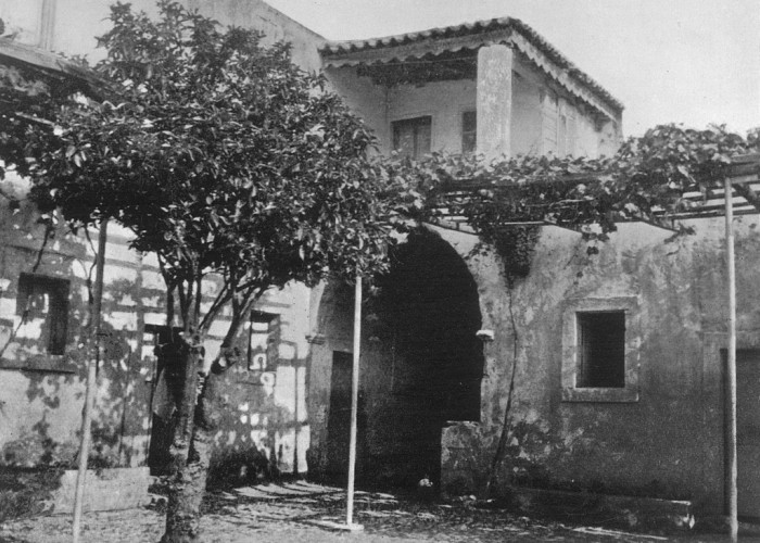 Αποψη της αυλής της Μονής Γωνιάς στην ανατολή του 20ου αιώνα (από το αρχείο του Μαν. Μανούσακα)