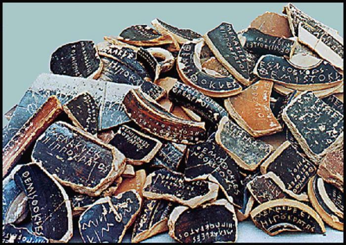 Όστρακα (θραύσματα κεραμικών) με χαραγμένα ονόματα Αθηναίων πολιτικών του 5ου αι. π.Χ.