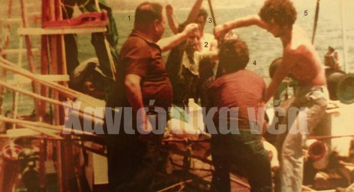Μετά από μια πολύ καλή ψαριά ξιφίες με το αλιευτικό «Γέρο Σαρρής» στον ψαρομανάβη για πούλημα. Σούδα 1975. Στην εικόνα διακρίνονται οι Κονταξάκης Παύλος (έμπορος αλιευμάτων), Σαρρής Σταμάτης (καπετάνιος), ο Σύριος Άντι, ο Κονταξάκης Γιάννης (με γυρισμένη την πλάτη) και ο Σαρρής Σταμάτης του Σταματίου. (φωτογραφικό αρχείο Στ. Μυριδάκης).