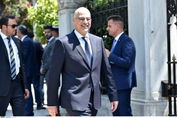 Ο Ν. Δένδιας την ώρα που προσέρχεται στο Προεδρικό Μέγαρο