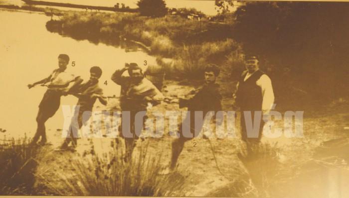 Τραβώντας την τράτα στον κασαπανέ μπροστά στα σχολεία της Σούδας. 1961. Από δεξιά Παντελής Τσίτας (καπετάνιος), Σταύρος Μυριδάκης, Τσίτας Κυριάκος του Παντελή, Τσίτας Φώτης του Ηλία και Ανδρέας Τζανεράκης.