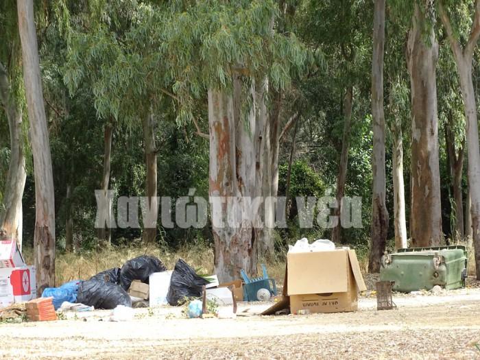 Σκουπίδια ανάμεσα στον ναό του Χριστού και τις εγκαταστάσεις της Αγιάς. Από τα σκουπίδια προκαλούνται πολλές πυρκαγιές.