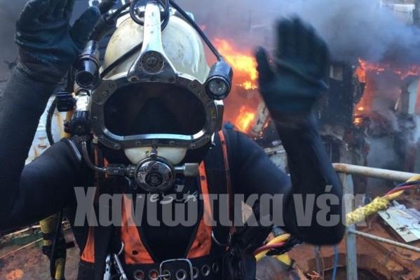 Ετοιμος για κατάδυση ενώ το σκάφος πίσω καίγεται