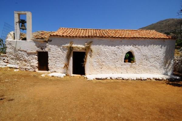 Η  Εκκλησία του Αγίου Παύλου  τον 14ο αιώνα  υπήρξε μοναστήρι Εσωτερικά είναι  γεμάτη από αγιογραφίες και στον περιβάλλοντα χώρο έχουν διασωθεί σε ερείπια οι εγκαταστάσεις  των μοναχών