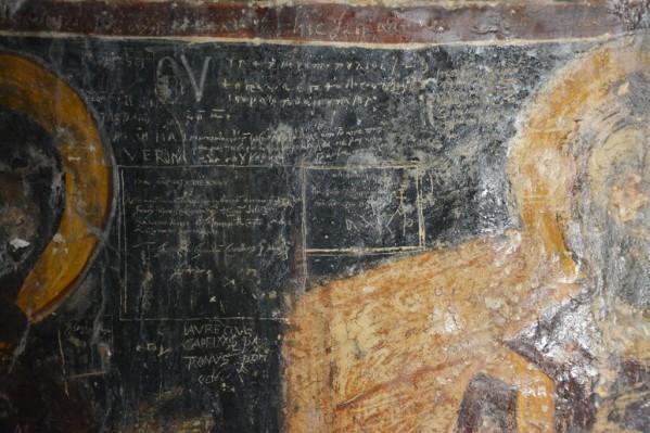 Ένα χαρακτηριστικό της Εκκλησίας  του Αγίου Παύλου είναι τα χαράγματα που δημιούργησαν διάφοροι επισκέπτες και προσκυνητές ανά τους αιώνες πάνω στις εικόνες Σταυροφόροι, πειρατές, ναυαγοί, ψαράδες,  σφουγγαράδες, ιερωμένοι, ευγενείς και απλοί προσκυνητές έγραψαν το όνομα τους  και την ημερομηνία που  επισκέφτηκαν το μοναστήρι